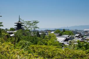 八坂の塔と京都市内遠望の写真素材 [FYI03983692]