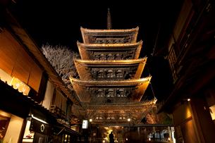 八坂の塔のライトアップ(花登路)の写真素材 [FYI03983754]