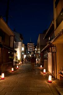 八坂の塔のライトアップ(花登路)の写真素材 [FYI03983755]