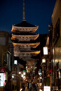 八坂の塔のライトアップ(花登路)の写真素材 [FYI03983756]