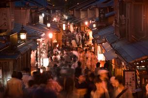 清水寺の二年坂のライトアップ(花登路)の写真素材 [FYI03983758]