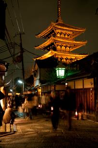 八坂の塔のライトアップ(花登路)の写真素材 [FYI03983759]