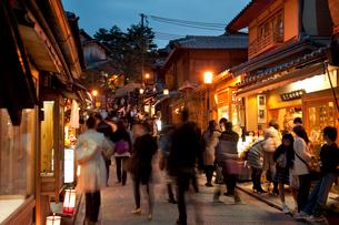 清水寺の産寧坂のライトアップ(花登路)の写真素材 [FYI03983760]