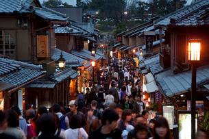 清水寺の二年坂のライトアップ(花登路)の写真素材 [FYI03983761]