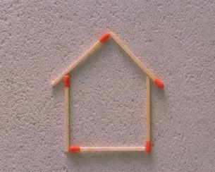 マッチ棒による家のイメージの写真素材 [FYI03984397]