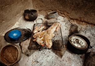 ドゴン族のドゴン料理 ヤギ肉の炭火焼きの写真素材 [FYI03984859]