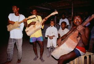 ギラリ(楽器)を演奏する人々の写真素材 [FYI03984865]