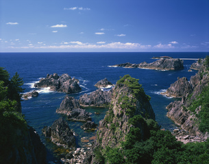 緑の尖閣湾と青い海の写真素材 [FYI03984955]