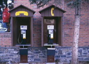 公衆電話 バンフ国立公園の写真素材 [FYI03984987]