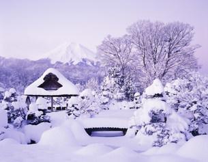 忍野八海の雪の日の夜明けの写真素材 [FYI03985022]