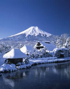 雪の忍野八海と富士山の写真素材 [FYI03985033]