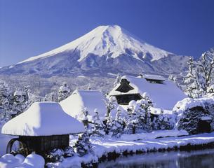 雪の忍野八海と富士山の写真素材 [FYI03985035]