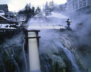 雪の草津温泉 湯畑の写真素材 [FYI03985055]