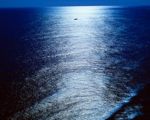 光る海の写真素材 [FYI03985077]