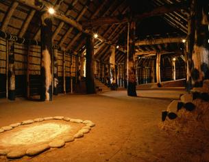 三内丸山遺跡 復元大型住居内部の写真素材 [FYI03985086]