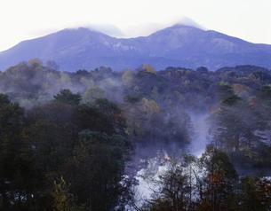朝もやの中瀬沼と磐梯山の写真素材 [FYI03985121]