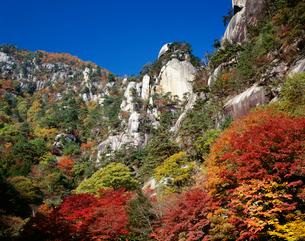 昇仙峡覚円峰の紅葉の写真素材 [FYI03985122]