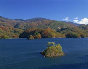 秋元湖と紅葉の写真素材 [FYI03985123]