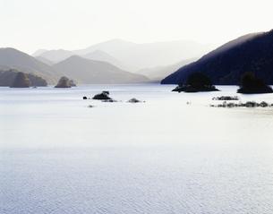 薄墨色の秋元湖 裏磐梯の写真素材 [FYI03985124]