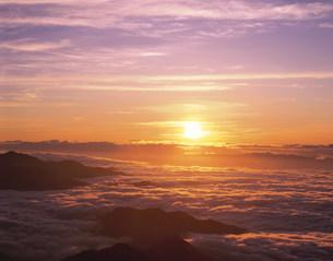 朝焼けの雲海の写真素材 [FYI03985125]