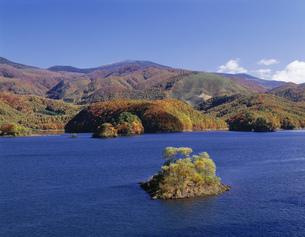 秋元湖と紅葉 裏磐梯の写真素材 [FYI03985127]