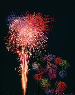 河畔の花火の写真素材 [FYI03985158]