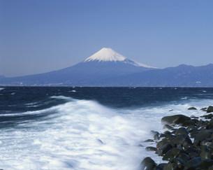 波頭と富士山の写真素材 [FYI03985161]
