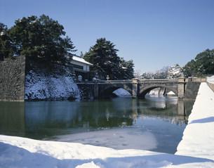 雪の皇居二重橋の写真素材 [FYI03985181]
