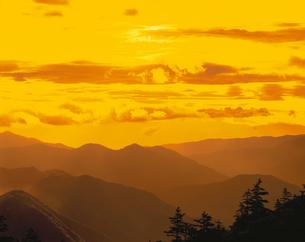 朝の山並み(オレンジ色) 8月の写真素材 [FYI03985193]