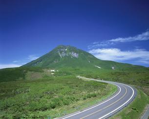 知床横断道路と羅臼岳   7月の写真素材 [FYI03985213]