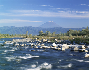 釜無川の流れと富士山  10月の写真素材 [FYI03985219]