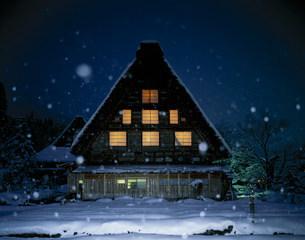 雪降る白川郷の夜の写真素材 [FYI03985225]