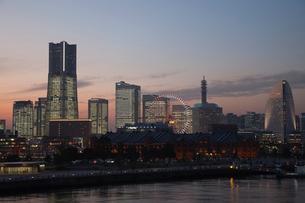 夕暮れの横浜遠景の写真素材 [FYI03985358]