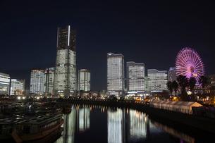 夜景の横浜みなと未来地区の写真素材 [FYI03985359]