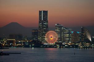 夕暮れの横浜港遠景の写真素材 [FYI03985361]