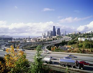 ハイウェーとシアトル市街の写真素材 [FYI03985396]