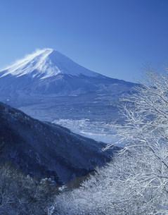 冬の御坂峠と富士山の写真素材 [FYI03986058]