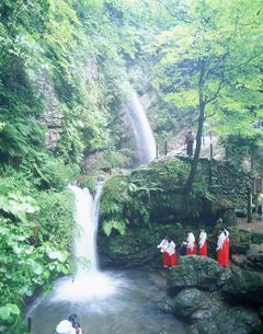 黒山三滝の滝開きの写真素材 [FYI03986431]