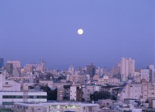 月と神楽坂街並み 3月  東京都の写真素材 [FYI03986707]