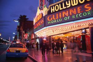 ハリウッドの夜の街の写真素材 [FYI03986786]