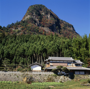 秋の鎧岳と民家 奥香落渓の写真素材 [FYI03988123]