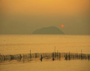 琵琶湖・竹生島と夕日   滋賀県の写真素材 [FYI03988584]