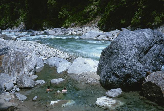 鐘釣温泉と黒部川 宇奈月町6月の写真素材 [FYI03988592]