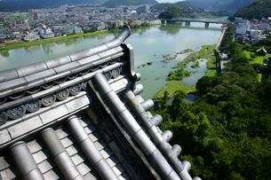 犬山城 入母屋破風の瓦と木曽川 四階望楼より北東を見るの写真素材 [FYI03988690]