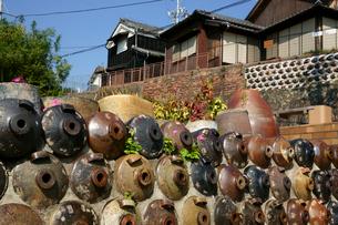 焼酎瓶の垣と民家 やきもの散歩道の写真素材 [FYI03988752]