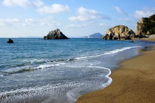 表浜海岸 日出ノ石門(ひいのせきもん)と神島の写真素材 [FYI03988780]