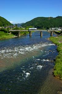 長良川鉄道と長良川の写真素材 [FYI03988954]