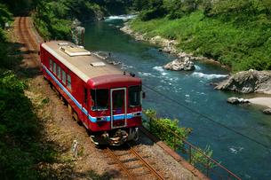 長良川鉄道と長良川の写真素材 [FYI03988967]