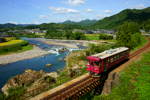 長良川鉄道と長良川の写真素材 [FYI03988968]