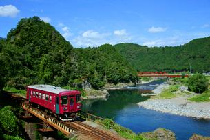 長良川鉄道と長良川の写真素材 [FYI03988970]